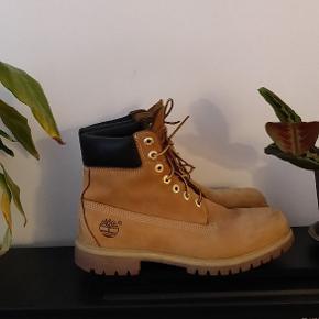 Sælger disse Timberland 6 inch boots. De er købt for nogle år siden, men ikke gået så meget med. De står nærmest som nye.  Skal være ærlig at sige, at jeg simpelthen ikke kan finde ud af hvilken størrelse de er. Dig kan jeg sige at de passer mig, som plejer at bruge 44.5  Pris: 600
