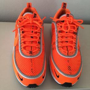 Nike Zoom Spiridon str 41. Små i str og passer str 40. Brugt 2 gange og er i super fin stand. Nypris 1199,- Pris 500,-pp Bytter ikke.
