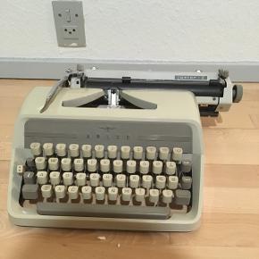 Flyttesalg - Skrivemaskine Adler junior-E til pynt. Tror den virker, hvis man får nyt farvebånd i 😊