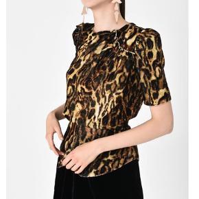 Varetype: Top Farve: Leopard Oprindelig købspris: 3595 kr. Kvittering haves.  Smuk IM top i leopard i dk str 38. Aldrig brugt , mærke sidder stadig i
