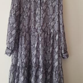 Flot og luftig kjole. Blå/grå farve. Er som ny, brugt en gang.
