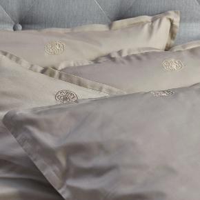 Georg Jensen Damask 2 sæt sengetøj / sengelinned / dyne- og pudesæt sand str. 140 x 220 cm.  Helt nyt i æske.  Pudebetræk måler 60 x 63 cm, og dynebetræk måler 140 x 220 cm.  Nypris er 2200 kr.  Kan sendes for 53 kr.