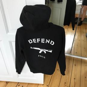 Defend - str. XS DEFEND PARIS hoodie, med lynlås.  Sælges da jeg ikke bruger den mere, hvis der kommer et realistisk bud.  Kan prøves/afhentes på Nørrebro, Kbh.  Ved forsendelse betaler modtager porto. Spørg for mere info.
