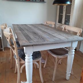 Plankebord. Råt og slidt udseende, meget solidt. Med 4 stole der også er solide og man sidder godt. Længde 180 cm. Bredde 90 cm Byd evt.