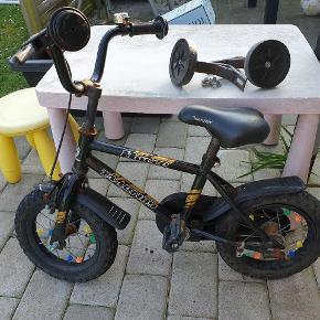 """12"""" børne cylel med støttehjul. Dækkene trængere til en udskiftning men kan sagtens holde luft længere tid af gangen. Det er ikke verdens pæneste cykel, men den kan køre. Man er velkommen til at komme med et bud. Den skal hentes i 6740 Bramming."""