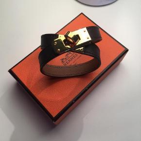 Hermes / Hermes / Hermès  Skønt armbånd sælges fra Hermès, såfremt en ordentlig pris fås. Ellers ikke. Model: Kelly Double Tour.  Str.: S.  Det som ses følger med. Ikke andet.  Fast mindstepris: 1.450,- ekskl. fragt. Handler gerne via MobilePay.