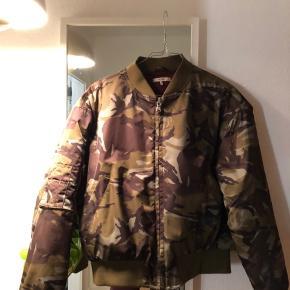 Sej Ganni bomber jakke i modellen greenwood. Skal afhentes på Østerbro eller sendes på købers regning 🦠