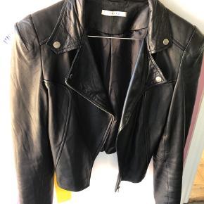 Super lækker jakke i det blødeste læder og med de fedeste detaljer.