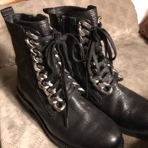 Rå støvle i ægte læder - brugt en enkelt gang - støvlerne har lynlås i siden.