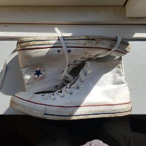 Hvide Converse all star i en størrelse 44 Meget beat up cond 4/10 Mødes i Århus eller den kan sendes på købers regning