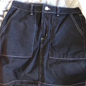Sælger denne sorte denim nederdel med hvid contrast stitch. Aldrig brugt da den er købt for lille. Byd gerne:))