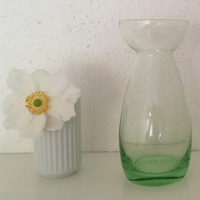 Smukt grønt Hyacintglas sælges. Højde 16 cm🌿Jeg sender gerne ved betaling med MobilePay. Porto GLS eller DAO 43 kr.🌸
