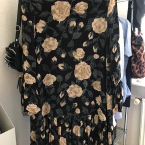 Smuk, udsolgt GANNI kjole, som er brugt ganske lidt 💛   Bruger den ikke, da den er for lille, så håber at en anden køber vil blive glad for den.