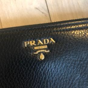 Stor lækker Prada pung i sort læder. Købt i butikken i London. Plads til massere af kort og med rum til mønter i midten. Kvittering og auth.card medfølger