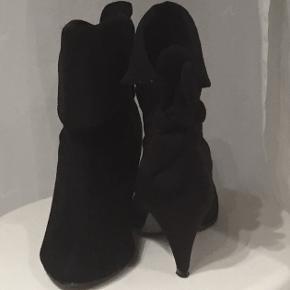 Super smarte støvler i sort med  6 1/2 cm hæl. Sløjfe bagpå, kan bruges både slået ned og op.  Har li opdaget at der er en smule farve forskel på støvlerne (se billeder) derfor den billige pris.
