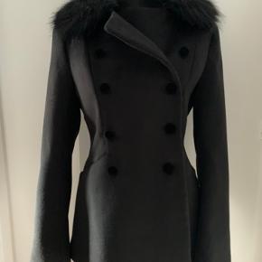 Ny og ubrugt sort frakke / jakke med aftagelig pelskrave på kraven i str. 34/xs sælges. Den er købt for kr. 699,- i H&M.  Se evt. Også mine andre annoncer.  Hvis du ikke har mulighed for at hente den, sender jeg gerne forsikret med track and trace for kr. 38,-.