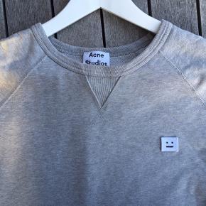 Sælger en klassisk Acne studies crewneck sweatshirt i grå. Standen er som ny.  Nypris 1000 kr. Der tages ikke flere billeder så lad venligst være med at efterspørge dem.