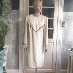 Elegant og unik;-) 80'er-kjole i et smukt fast stof - pyntet med de smukkeste guldbånd med perler. Kjolen er foret og har lynlås i ryggen. Str ca 44/46. Liv og bryst på 112cm.  Se også mine mange andre sager. Jeg giver gerne mængderabat.  #80erkjole #vintagekjole #Secondchancesummer