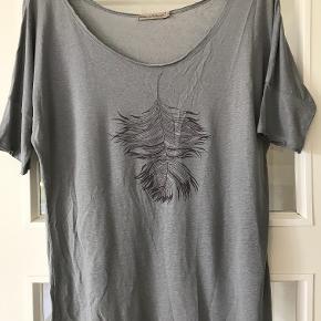 Helt ubrugt t-shirt fra Rabens . Farven er grå . Jeg har skrevet str M da den er alt for lille til at være XL ( som der står i den ) . Måler 53 cm fra ærmegab til ærmegab og 49cm i livet .Meget lækker hørblanding . Bytter ikke