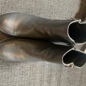 Trend footwear  Afhentes i Rødovre eller sendes