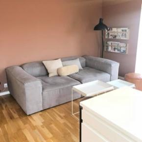 """Bolia cosima sofa i stoffet """"ferb light grey"""" sælges. Sofaen er købt i maj og har derfor minimal slitage. Længde: 240 cm og dybde: 120 cm. Nypris: 27.798kr - kom med et bud."""