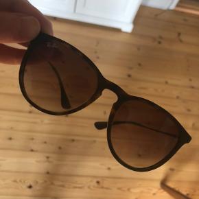 Ray-Ban solbriller. Sælges da jeg ikke får dem brugt nok. Har meget få tegn på brug.