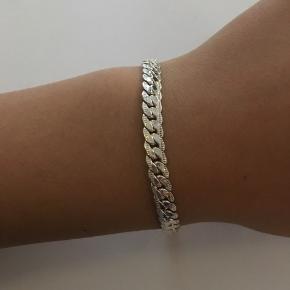 Sælger dette pæne sølv armbånd mærket er ukendt men det er aldrig brugt og i rigtig god stand.  Sælges så billigt da jeg ikke for det brugt og bare skal af med et.