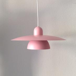 Smuk lyserød loftslampe. Den er lige blevet malet og har fået en ny 3 meter lang hvid stofledning.