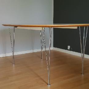 Elegant spisebord i klassisk design. Benene er i krom. B 110 L 160  Spisebordet har udtræk,så der nemt bliver plads til flere omkring bordet. Der er plads til en tillægsplade. Tillægspladen på 50 cm