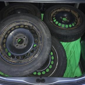 Sælger disse 4 ganske fine vinterdæk MED stålfælge til en VW up. Mønster er 5-6 mm.  185/65 15R