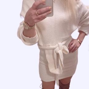Super lækker sweater/ kjole med bælte i livet . Ny med pris