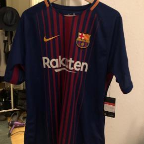 Helt ny Barca trøje med neymar. Købt på stadion og er stadig med mærke. Der en lille syning bagpå. Se billede