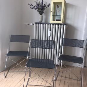 Sælger mine 3 x-Line stabelstole designet af Niels Jørgen Haugesen, da jeg skal til at flytte, og ikke får plads til dem fremadrettet. Stolene er af materialet forkromet stål, og fremstår i en rigtig fin stand. Der er ikke synlig rust på stolene, men der er dog enkelte steder under sæderne, hvor der er små rustpletter - dog har det ingen betydning for stolenes udseende. Stolene sælges til 1000kr stykket eller 2700 for dem alle.  H: 77 cm B: 47 cm Sædehøjde: 44 cm