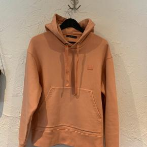 Sælger denne lækre Acne hoodie, da jeg simpelthen ikke får den brugt. Købte den tilbage i april, men har kun brugt den 2-3 gange ganske kort. den er herudover kun vasket en enkelt gang, hvilket vil sige den stadig er super lækker og helt som ny.