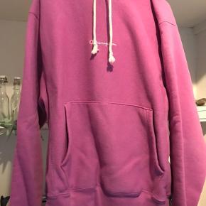 Mega fed Champion hoodie i lilla! Farven er svær at opfange på billedet, så har lagt et farvebillede ud, der er den rigtige farve:-)  Jeg har ikke haft den på mere end 3 gange - som ny!