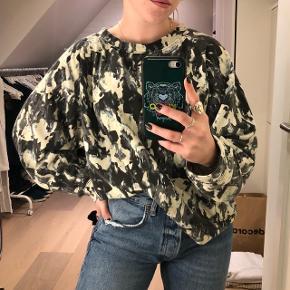 Oversize sweatshirt med fedt mønster fra Monki. Str. L men fitter oversize på mindre størrelser.