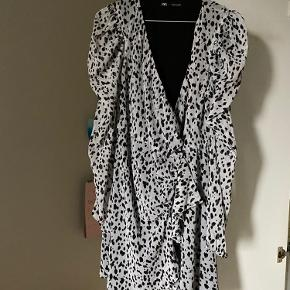 """Super fin wrap kjole fra Zara. Lille i størrelsen, så den passer en Str. M selvom mærket siger str.L. Fine detaljer med flæser og sorte velour """"prikker"""". Sidder så flot på.  Kan afhentes i Nivå eller sendes på købers regning"""