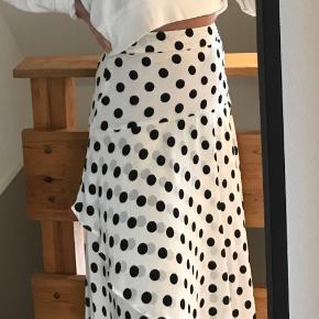 Hvid lang Envii nederdel med sorte prikker  Aldrig brugt    Mængderabat