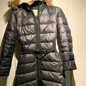 Moncler frakke med pelskrave  Mørkegrå Størrelse er 2. Bytter ikke