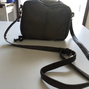 Flot unmade cross body taske. Brugt men i god stand. Rigtigt skind.  Ny pris 1200 kr.  100 kr. + fragt 36 kr hvis den skal sendes 🌸