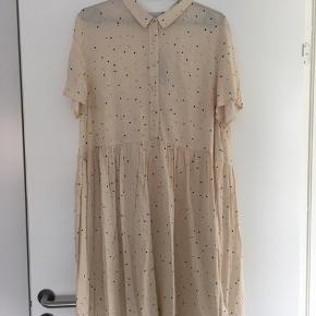 ICHI kjole i str 42 sælges, da den er købt for stor.  Aldrig brugt - med prismærke.
