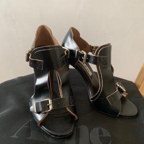 Varetype Stiletter heels Farve sort læder Oprindelig købspris: 2000 kr. Produceret i Italien  Model kayla  har afslag på hælen, kan evt laves hos en skomager, koster ca 100 kr der medfølger dustbag