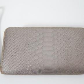 DECADENT pung gylden slange print skind, brugt og i pæn stand, fin lynlås ingen ridser, se alle fotos Mål: 11x9x2 cm