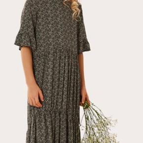 Helt ny kjole, stadig pakket ind. Passes også af en str. Xs. Ny pris 299,-