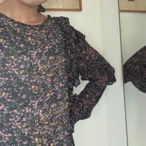 Super fin bluse. Den er lidt gennemsigtig så man kan tage en bluse indenunder😆