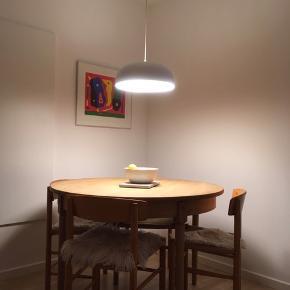 Spisebord i massiv eg, benene er drejet ved en snedker og bordpladen er slebet og oliebehandlet  Der er tilhørende tillægsplader(3 stk) så det kan bliver virkelig virkelig stort  Bliver slebet og olieret inden salg