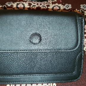 Fin lille taske i sort. Højde 13 cm/Bredde 20 cm/ Dybde 4 cm.  Nypris; 180 kr.  Bytter ikke