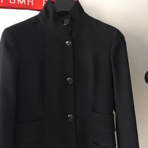 Flot sort uld jakke fra versace jeans. Har hul i foret pga fjernet skulderpuder, kan nemt syes. Ellers i perfekt stand