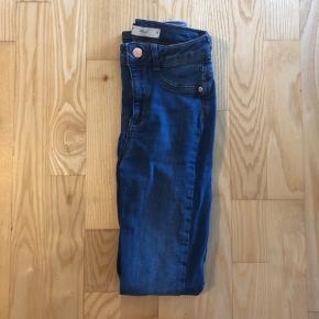 Cowboy jeans fra Gina Tricot modellen er Molly  Afhentes 8000 Aarhus C Eller sendes med Dao for 38kr.