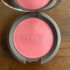 BECCA Luminous blush i Foxglove. Aldrig brugt. Np: 270 kr.  OBS. Da jeg er stoppet i Sephora, sælger jeg ud af min samling. Alt makeup jeg sælger er 100% ægte.